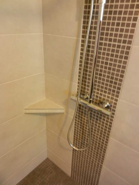 Salle de bains 7 c tablette et colonne douche sur for Tablette porcelaine salle de bain
